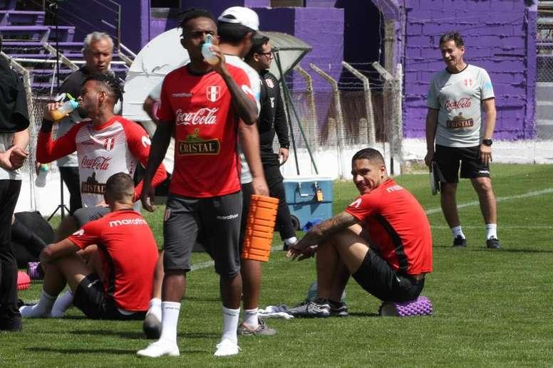 Perú se entrenó en Montevideo. EFE