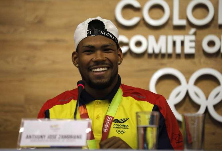 El atleta colombiano Anthony Zambrano atiende a los medios de comunicación este miércoles, durante una rueda de prensa en Bogotá (Colombia). EFE/Juan Diego López