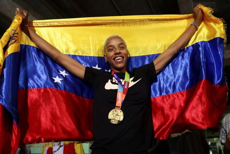 La campeona mundial de triple salto, la venezolana Yulimar Rojas, posa a su llegada este miércoles a Caracas (Venezuela). EFE/Rayner Peña