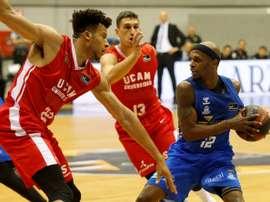 El escolta  estadounidense Thad McFadden (d), del San Pablo Burgos, controla el balón ante el jamaicano del UCAM Murcia, Kyle Hunt, durante el partido de la cuarta jornada de la Liga ACB que se juega hoy sábado en Burgos. EFE/Santi Otero