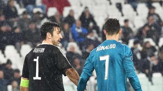 Buffon y CR7 departieron tras el gol de chilena. EFE
