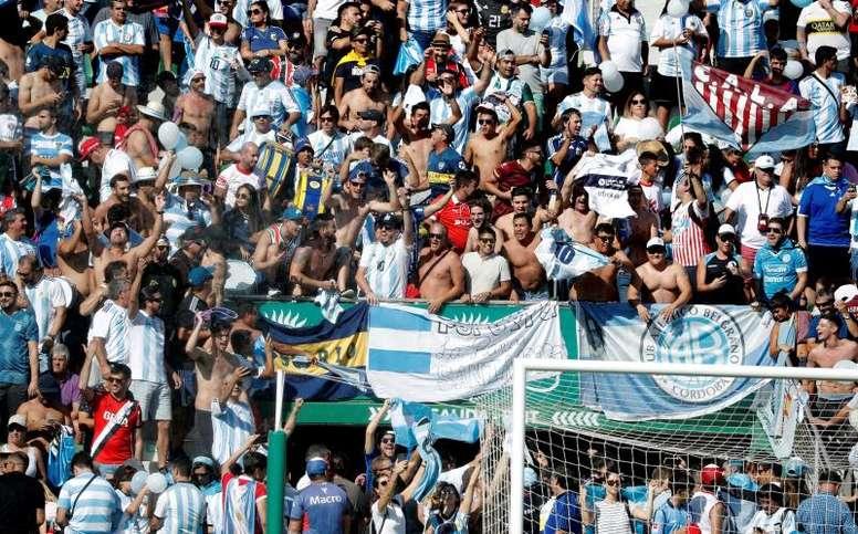 Colorido en el Martínez Valero para ver el Argentina-Elche. EFE