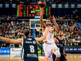 El jugador del Kirolbet Baskonia Pierria Henry (c) lanza a canasta ante el jugador del RETAbet Bilbao Iván Cruz (i), en el partido de la cuarta jornada de Liga Endesa, disputada en el Palacio de Deportes de Bilbao. EFE/Javier Zorrilla