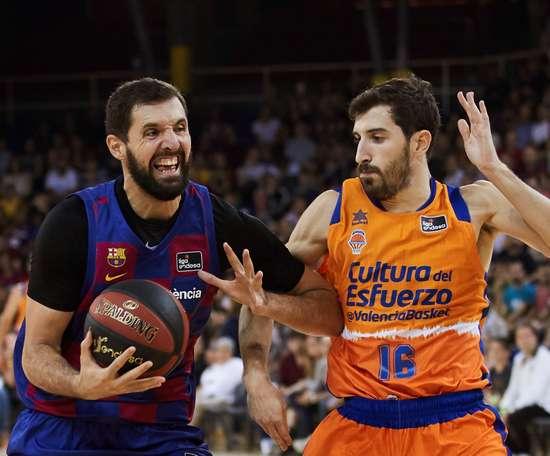 El ala-pívot del Barça Nicola Mirotic (i) lucha con Guillem Vives, del Valencia Basket, durante el partido correspondiente a la cuarta jornada de la Liga ACB que se juega hoy domingo en el Palau Blaugrana, en Barcelona. EFE/Alejandro García