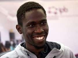 Braima, atleta de Guinea Bissau cuya imagen se hizo viral en los Mundiales de Doha cuando ayudó a entrar en meta al arubense Busby, asegura en una entrevista con la Agencia Efe que no tendría problema en cambiar el premio Fair Play, si lo gana, por un Centro de Alto Rendimiento de Atletismo en su país. EFE/ Carlos García