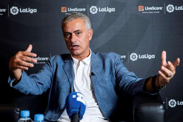 Mourinho continua buscando um banco. EFE/Rodrigo Jiménez