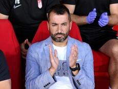 Diego Martínez espera al Granada que venció al Barça. EFE