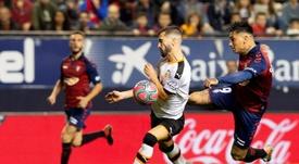 Thierry Correia (c) no está gozando de un buen paso por el Valencia. EFE/Archivo