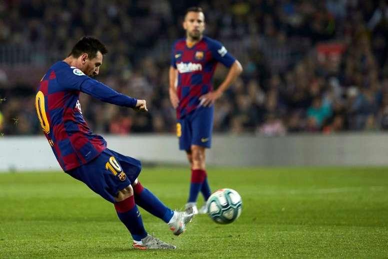 Messi puede adelantar a Maradona en goles de falta pronto. EFE