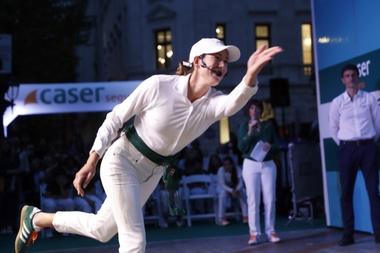 La tenista Garbiñe Muguruza juega a pelota vasca en un acto publicitario de uno de sus patrocinadores, junto niños en la capital vizcaína. EFE/LUIS TEJIDO