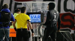 No hubo VAR por casos de coronavirus en el equipo de árbitros. EFE