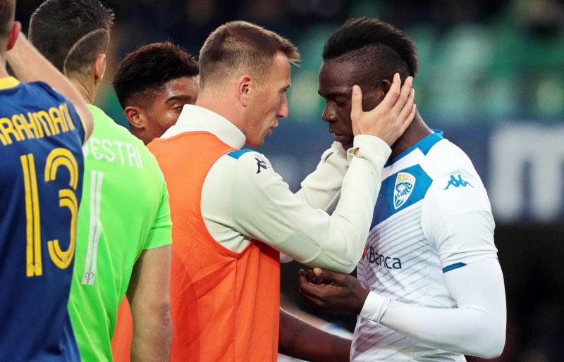 Balotelli paró el partido furioso por gritos racistas