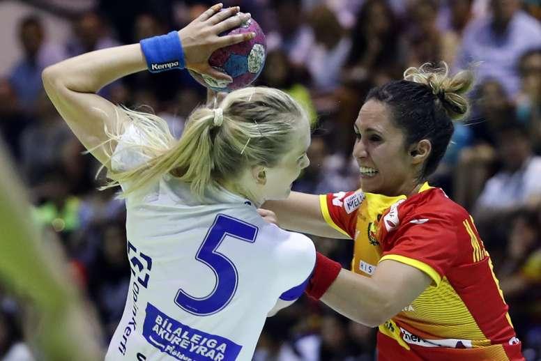La jugadora de la selección de Islandia Rut Jónsdóttir (i) intenta lanzar ante Mireya González, de España, durante un partido. EFE/Jorge Zapata/Archivo