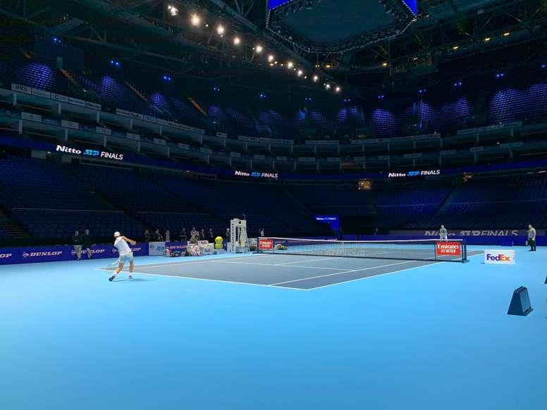 El español Rafael Nadal, número uno del tenis mundial, se entrenó este sábado en la pista central del pabellón O2 de Londres. EFE/Manu Sánchez