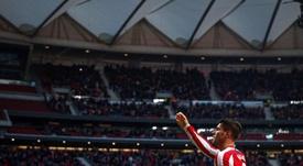 El delantero del Atlético de Madrid Álvaro Morata, celebra su gol en el partido ante el RCD Espanyol, correspondiente a la décimo tercera jornada de LaLiga Santander, que se disputó en el Estadio Wanda Metropolitano en Madrid. EFE/ Emilio Naranjo