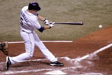 Fotografía tomada en octubre de 2008 en la que se registró a Rocco Baldelli, al batear para los Rays de Tampa Bay y actual entrenador general de los Mellizos de Minnesota, quien fue galardonado como el Manejador del Año en la Liga Americana de la MLB. EFE/Chris Livingston/Archivo