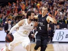 El base francés del RETAbet Bilbao Basket, Jonathan Rousselle (d), disputa un balón con el base del Real Madrid, Sergio Lull (i), durante el partido correspondiente a la novena jornada de la Liga Endesa, disputado este domingo en el Bilbao Arena. EFE/Luis Tejido