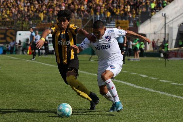 Peñarol y Nacional podrían medirse hasta cuatro veces. EFE