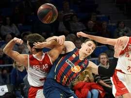 El jugador del Montakit Fuenlabrada Tomás Bellas (i) lucha por el balón con Matt Janning, del Kirolbet Baskonia, durante el partido de la Liga ACB de baloncesto disputado esta noche en el Fernando Buesa Arena, en Vitoria. EFE/Adrián Ruiz de Hierro