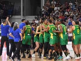 El equipo de Brasil festeja su triunfo ante Argentina este domingo, en un juego del Preolímpico Femenino de Baloncesto en Bahía Blanca (Argentina). EFE/ Horacio Culaciatti