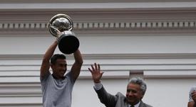 Lenín Moreno recibe al campeón. EFE