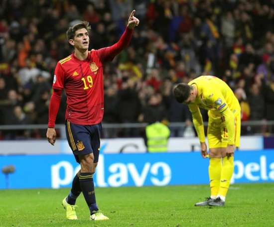 The players, behind Robert Moreno. EFE