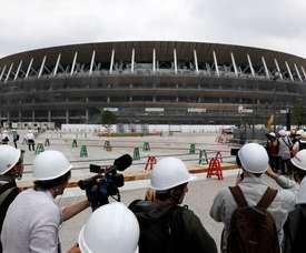 Miembros de los medios de comunicación visitan el nuevo Estadio Nacional, utilizado como el Estadio Olímpico de Tokio 2020, durante una vista de prensa en Tokio (Japón). EFE/ Kimimasa Mayama/Archivo