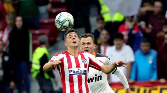 Santiago Arias (L) is wanted by Benfica. EFE