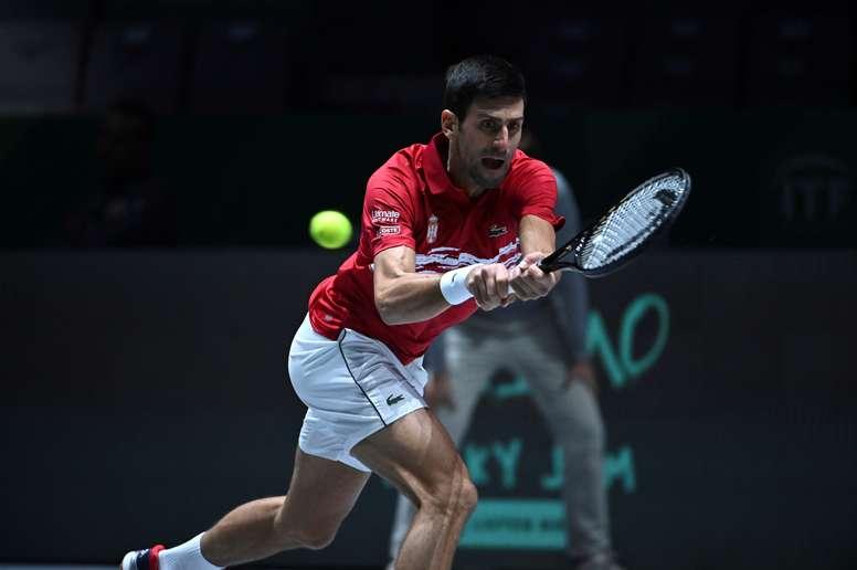 Novac Djokovic devuelve la pelota al japonés Yoshihito Nishioka este miércoles durante el partido correspondiente a la fase de grupos de la tercera jornada de la Copa Davis. EFE/Fernando Villar