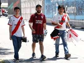 Las bromas de los fans de River a Boca en su viaje a Lima para la final de la Libertadores. EFE