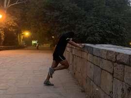 Jatan, un corredor que se prepara para su próxima maratón en los turísticos jardines Lodhi, en Nueva Delhi realiza sus ejercicios diarios con una máscara anti-polución para protegerse durante estas fechas de las nocivas partículas que merodean por la capital india. EFE/ Mikaela Viqueira