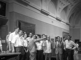 Los jugadores del equipo ruso de baloncesto TSKA de Moscú durante una visita al Museo del Prado, en una imagen de 1963. EFE/Fiel /Archivo