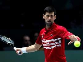 El tenista serbio Novak Djokovic devuelve la pelota al ruso Karen Jachánov durante el segundo partido de los cuartos de final de la Copa Davis que se disputa este viernes en la Caja Mágica de Madrid. EFE/ Chema Moya