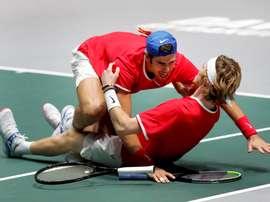 Los tenistas rusos Karen Khachanov (i) y Andrei Rublev (d), celebran su victoria este viernes, tras el partido de dobles que han disputado contra los serbios Novak Djokovic y Victor Troicki, en el que se decidía el segundo semifinalista de la Copa Davis. EFE/Chema Moya