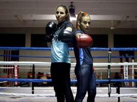 Las boxeadoras Stephanie The Medicine Piñeiro (i) y Vivian el Problema Velázquez (d) posan para Efe durante un entrenamiento el pasado 15 de noviembre, en el gimnasio Wilfredo Gómez en Guaynabo (Puerto Rico). EFE/ Thais Llorca