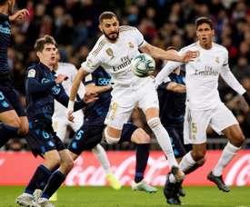 Benzema igualou o placar usando o ombro. EFE/Rodrigo Jiménez