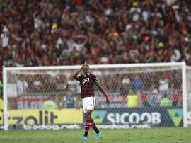 Bruno Henrique sofre lesão e sai em ambulância no primeiro jogo da Recopa. EFE/Marcelo Sayão