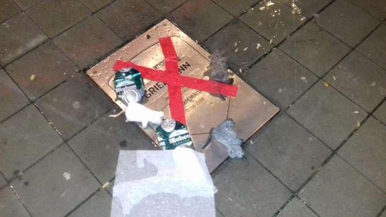 Ratas, basura, una cruz... así quedó la placa de Griezmann. EFE