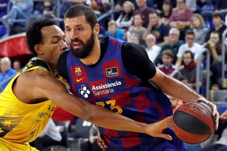 El ala-pívot del Barça Nikola Mirotic (d) intenta avanzar ante la defensa de Darion Atkins, del Iberostar Tenerife, durante el partido de Liga ACB que se jugó en el Palau Blaugrana, en Barcelana. EFE/Alberto Estévez