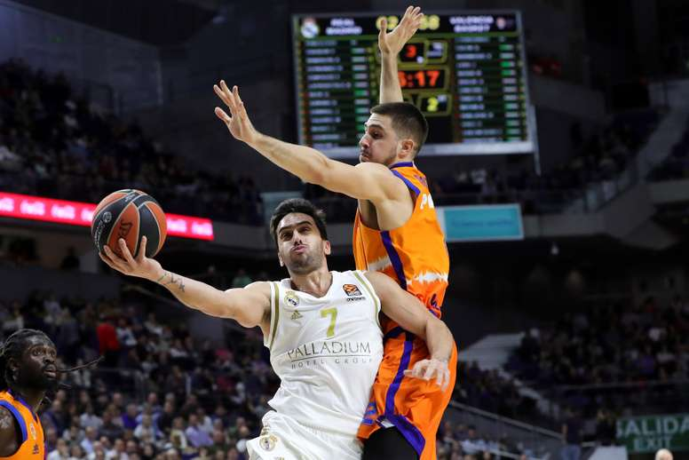 El alero del Valencia Basket Alberto Abalde (d) defiende al base argentino del Real Madrid Facundo Campazzo, en el partido de la Euroliga que se disputa este jueves en el Wizink Center. EFE/ JuanJo Martin