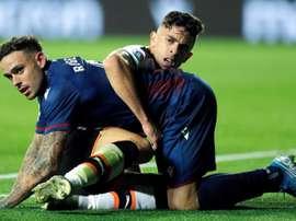 Roger marcó los dos goles del Levante, y el primero del Valencia. EFE