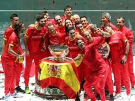 Los jugadores del equipo español celebran tras recibir el trofeo que les acredita vencedores de la final de Copa Davis. EFE / Kiko Huesca/Archivo