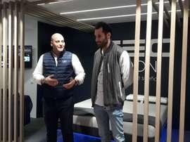 Rudy Fernández (d), alero del Real Madrid en la inauguración en Madrid de la primera tienda de la compañía TEC MOON. EFE