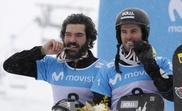 Lucas Eguibar (d) y Regino Hernández muerden la medalla de plata obtenida en la prueba de boardercross por equipos de snowbard de los Mundiales de Sierra Nevada 2017. EFE/Julio Muñoz/Archivo
