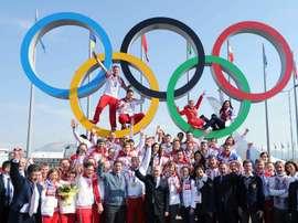 Puños en alto, pulgares hacia arriba, manos alzadas al cielo azul de Sochi. Treinta y tres medallas olímpicas celebradas por Vladímir Putin, presidente ruso, y por la élite de sus jóvenes deportistas. Un ejército de ganadores que fue a la batalla con las cartas marcadas. EFE/EPA/MIKHAIL KLIMENTIEV/RIA NOVOSTI/Archivo