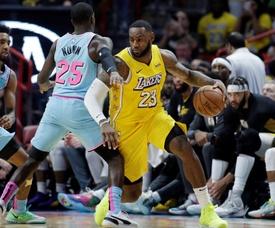 El jugador de Los Ángeles Lakers LeBron James (d) durante el partido contra los Miami Heat. EFE/EPA/Rhona Wise