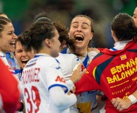 La española AinhoaHernández Serrador (c) celebra junto a sus compañeras de la selección española femenina debalonmano, la victoria ante la todopoderosa Noruega. EFE/ Hiroshi Yamamura