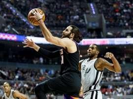 El jugador de los Phoenix Suns, Ricky Rubio (i), conduce el balón ante LaMarcus Aldridge (d) de los San Antonio Spurs, este sábado durante un partido de temporada regular de la NBA realizado en la Arena Ciudad de México (México). EFE/José Méndez