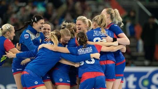 Las jugadoras rusas celebran su victoria. EFE/EPA/Hiroshi Yamamura