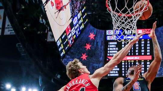 El jugador de Los Angeles Clippers Rodney McGruder (d) lanza ante Lauri Markkanen, de Chicago Bulls, durante su partido. EFE/EPA/Tannen Maury